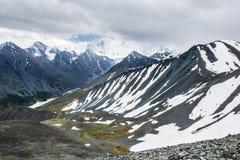 Άποψη από το πέρασμα βουνών Karaturek στο βουνό Beluha στο νεφελώδη καιρό Στοκ Φωτογραφίες