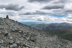 Άποψη από το πέρασμα βουνών Karaturek στο νεφελώδη καιρό Στοκ εικόνα με δικαίωμα ελεύθερης χρήσης