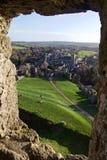 Άποψη από το πέτρινο παράθυρο του Castle της μικρής αγγλικής πόλης χώρας στοκ φωτογραφία
