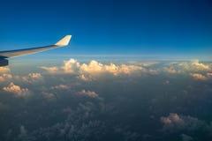 Άποψη από το παράθυρο αεροπλάνων με τα σύννεφα στο ηλιοβασίλεμα και το φτερό αεροπλάνων Στοκ φωτογραφία με δικαίωμα ελεύθερης χρήσης