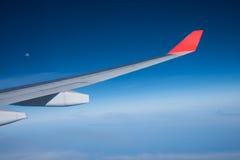 Άποψη από το παράθυρο αεροπλάνων που παρουσιάζει φτερό αεροπλάνων με το μπλε ουρανό, W Στοκ φωτογραφία με δικαίωμα ελεύθερης χρήσης
