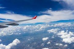 Άποψη από το παράθυρο αεροπλάνων που παρουσιάζει φτερό αεροπλάνων με το μπλε ουρανό Στοκ εικόνες με δικαίωμα ελεύθερης χρήσης