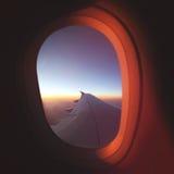 Άποψη από το παράθυρο αεροπλάνων στην όμορφη ανατολή Έννοια αεροπλάνων ταξιδιού Luxery Στοκ Φωτογραφίες