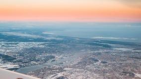 Άποψη από το παράθυρο αεροπλάνων στη Ρήγα, Λετονία Ανατολή ηλιοβασιλέματος άνω του Γ Στοκ φωτογραφία με δικαίωμα ελεύθερης χρήσης
