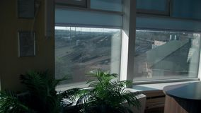 Άποψη από το παράθυρο γραφείων στο σιδηροδρομικό σταθμό Πολλές διαδρομές σιδηροδρόμων στο υπόβαθρο απόθεμα βίντεο