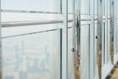 Άποψη από το παράθυρο με τις στήλες χρωμίου, κορυφή του Ντουμπάι Στοκ Εικόνες