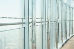 Άποψη από το παράθυρο με τις στήλες χρωμίου, κορυφή του Ντουμπάι Στοκ φωτογραφία με δικαίωμα ελεύθερης χρήσης