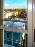 Άποψη από το παράθυρο στη στέγη στοκ εικόνες με δικαίωμα ελεύθερης χρήσης