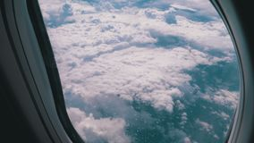 Άποψη από το παράθυρο του αεροπλάνου στα σύννεφα Μύγες αεροπλάνων επάνω από τον καιρό απόθεμα βίντεο
