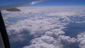 Άποψη από το παράθυρο του αεροπλάνου στα σύννεφα Φτερό ενός αεροπλάνου που πετά επάνω από τα σύννεφα απόθεμα βίντεο