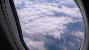 Άποψη από το παράθυρο του αεροπλάνου στα σύννεφα E απόθεμα βίντεο