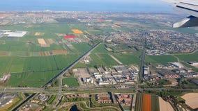 Άποψη από το παράθυρο του αεροπλάνου στην Ολλανδία Πράσινοι τομείς και τομείς των τουλιπών από το παράθυρο αεροπλάνων απόθεμα βίντεο