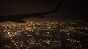 Άποψη από το παράθυρο του αεροπλάνου τη νύχτα Φω'τα στην προσέγγιση στην προσγείωση στον αερολιμένα φιλμ μικρού μήκους