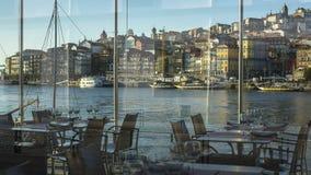 Άποψη από το παράθυρο του αναχώματος Ribeira εστιατορίων στην παλαιά πόλη του Πόρτο στοκ εικόνες με δικαίωμα ελεύθερης χρήσης