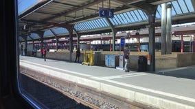 Άποψη από το παράθυρο τραίνων στους επιβάτες που στέκονται στο τραίνο piron απόθεμα βίντεο
