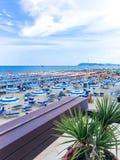 Άποψη από το πεζούλι του εστιατορίου στην παραλία και τη θάλασσα, Ιταλία, Riccione Στοκ Εικόνες