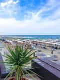 Άποψη από το πεζούλι του εστιατορίου στην παραλία και τη θάλασσα Στοκ Φωτογραφία