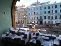 Άποψη από το πολύ διάσημο κατάστημα βιβλίων σε Άγιο Πετρούπολη στοκ εικόνα