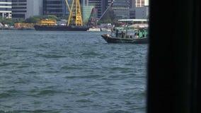 Άποψη από το πορθμείο που πηγαίνει πέρα από το λιμάνι Χονγκ Κονγκ απόθεμα βίντεο