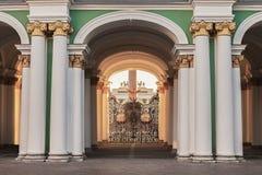 Άποψη από το προαύλιο μέσω των πυλών του χειμερινού παλατιού Στοκ εικόνες με δικαίωμα ελεύθερης χρήσης