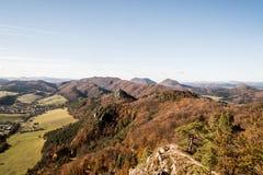Άποψη από το σημείο άποψης vyhliadka Stefanikova στα βουνά Sulovske φθινοπώρου skaly με τους λόφους που καλύπτονται από το ζωηρόχ στοκ εικόνα
