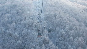Άποψη από το σιδηρόδρομο τελεφερίκ στο χιονοδρομικό κέντρο Sochi, Roza Khutor απόθεμα βίντεο