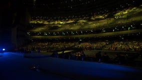 Άποψη από το στάδιο των ανθρώπων που περπατούν μέσα σε ένα Coliseum απόθεμα βίντεο