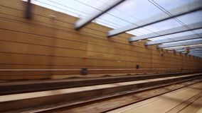 Άποψη από το τραίνο που κινείται γρήγορα στη σήραγγα προς τους σιδηροδρομικούς σταθμούς φιλμ μικρού μήκους