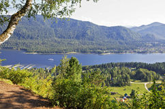 Άποψη από το υποστήριγμα στη λίμνη Teletskoye Στοκ φωτογραφία με δικαίωμα ελεύθερης χρήσης
