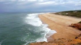 Άποψη από το υψηλό σημείο στα κύματα που κυλούν στην ακτή στη νεφελώδη ημέρα απόθεμα βίντεο