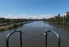 Άποψη από το φράγμα και την κλειδαριά Offenbach στον κύριο ποταμό Στοκ εικόνα με δικαίωμα ελεύθερης χρήσης