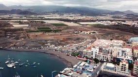 Άποψη από το ύψος της πόλης στην ατλαντική ακτή στο ηλιοβασίλεμα Κανάρια νησιά Ισπανία tenerife φιλμ μικρού μήκους