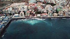 Άποψη από το ύψος της πόλης στην ατλαντική ακτή Tenerife, Κανάρια νησιά, Ισπανία απόθεμα βίντεο