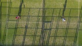 Άποψη από το ύψος του γηπέδου αντισφαίρισης όπου οι άνθρωποι παίζουν στην αντισφαίριση φιλμ μικρού μήκους