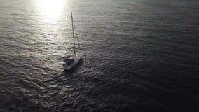 Άποψη από το ύψος του γιοτ κοντά στην ακτή Tenerife, Κανάρια νησιά, Ισπανία στο ηλιοβασίλεμα απόθεμα βίντεο