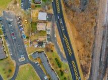 Άποψη από το ύψος των οδικών κίτρινων δέντρων και των σπιτιών στοκ εικόνες