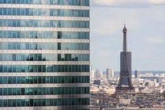 Άποψη από το Grande Arche στον ουρανοξύστη και τον πύργο του Άιφελ Στοκ εικόνες με δικαίωμα ελεύθερης χρήσης