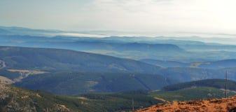 Άποψη από το Snezka στα γιγαντιαία βουνά στοκ φωτογραφίες