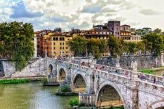 Άποψη από Castel Sant ` Angelo στις γέφυρες Aelius με τα αγάλματα 10 αγγέλων στοκ εικόνα