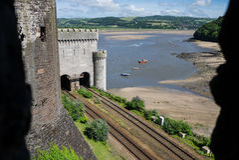 Άποψη από Conwy Castle πέρα από τον ποταμό Conwy Στοκ Εικόνες