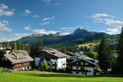 Άποψη από Cortina δ Ampezzo, ξενοδοχεία και εκκλησία, Gruppo Tofana ή Στοκ Φωτογραφία