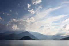 Άποψη από Varenna Ιταλία πέρα από τη λίμνη Como στα βουνά στην αντίθετη ακτή Στοκ φωτογραφίες με δικαίωμα ελεύθερης χρήσης
