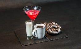 Άποψη αριστερών πλευρών σχετικά με ένα ποτό κοσμοπολίτικο ένα γυαλί martini των ευπρεπειών Στοκ φωτογραφία με δικαίωμα ελεύθερης χρήσης