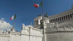 Άποψη βάσεων σχετικά με το εθνικό μνημείο στο Victor Emmanuel ΙΙ και το μαρμάρινο παλάτι στη Ρώμη απόθεμα βίντεο