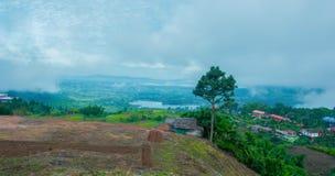Άποψη βουνών κάτω από την υδρονέφωση στη περίοδο βροχών πρωινού στην περιοχή kho khao, Phetchabun, Ταϊλάνδη Στοκ φωτογραφία με δικαίωμα ελεύθερης χρήσης