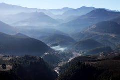 Άποψη βουνών σε έναν δρόμο στοκ εικόνες