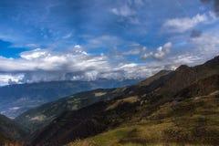 Άποψη βουνών σε μια νεφελώδη ημέρα στοκ φωτογραφίες