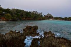 Άποψη βραδιού από την ακτή που εξετάζει ένα θέρετρο στοκ φωτογραφία