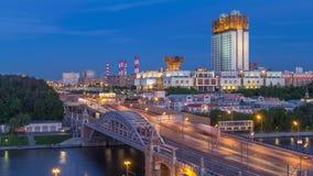 Άποψη βραδιού στη ρωσική ακαδημία της ημέρας επιστημών στη νύχτα timelapse και της γέφυρας Novoandreevsky πέρα από τον ποταμό της φιλμ μικρού μήκους