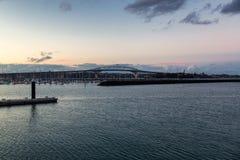 Άποψη βραδιού της γέφυρας του Ώκλαντ και του ήρεμου νερού του λιμανιού στοκ φωτογραφία με δικαίωμα ελεύθερης χρήσης